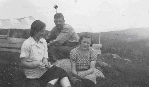 Aslaug Tetli, gjeterne Odd Rokkhaug og Klara Sørheim, sommer 1938